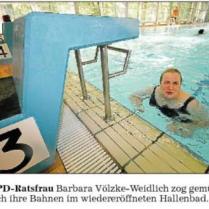 Auch unsere Ratsfrau Barbara testet das neu renovierte Hallenbad
