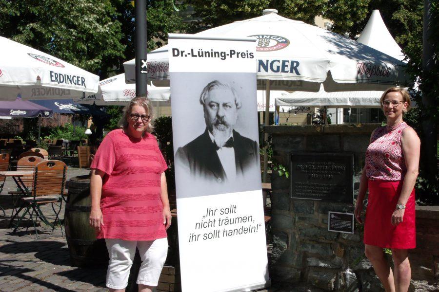 Ortsvereinsorsitzende Michaela Koroch und ihre Stellvertreterin Martina Mester-Grunewald an der Lüning-Gedenktafel auf dem Doktorplatz